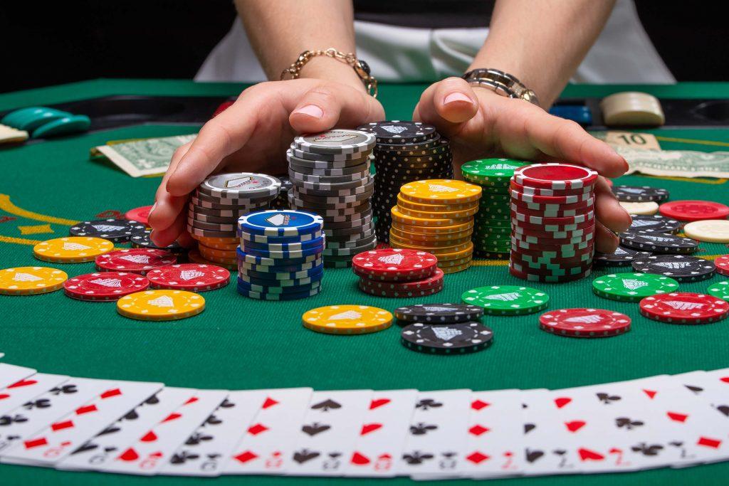 Kasino korttipeli tekevät koti-illasta innostavan